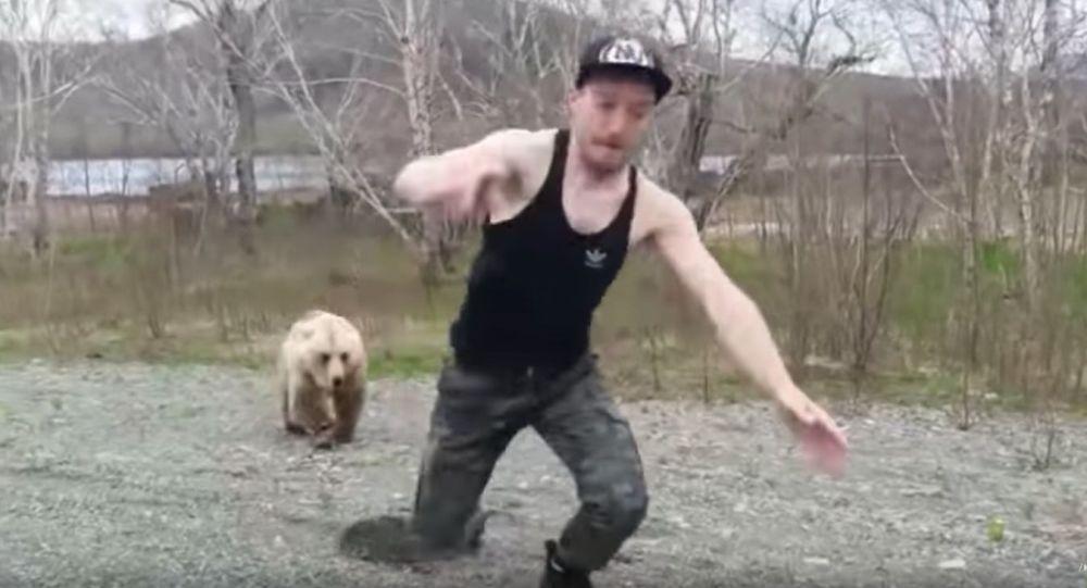 Na Kamčatce medvěd honil turistu