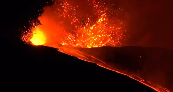 "Krásné peklo na nebi. Italská sopka Etna chrlí ""fontány"" horké lávy a popelu (VIDEO)"