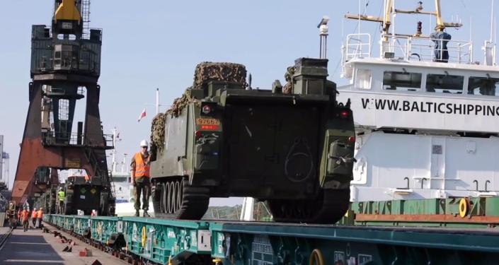 Vojenská technika NATO sjíždí z transportní lodě na rozsáhlé cvičení NATO v Polsku (VIDEO)