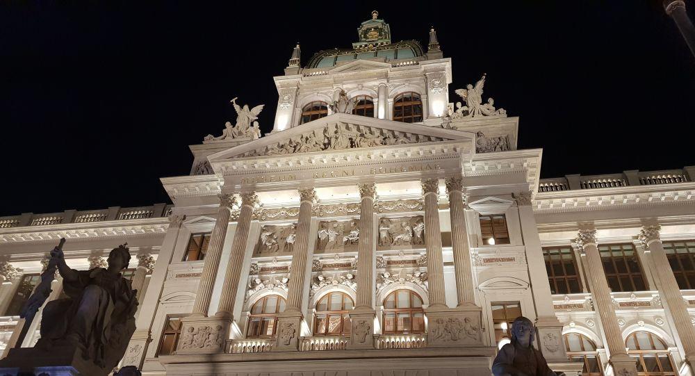 O Muzejní noci postávali Pražané opět spořádaně ve frontách. Metro jezdilo o hodinu déle