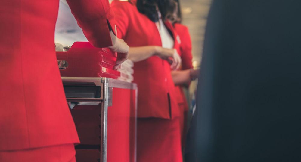 Letušky s jídlem na palubě letadla