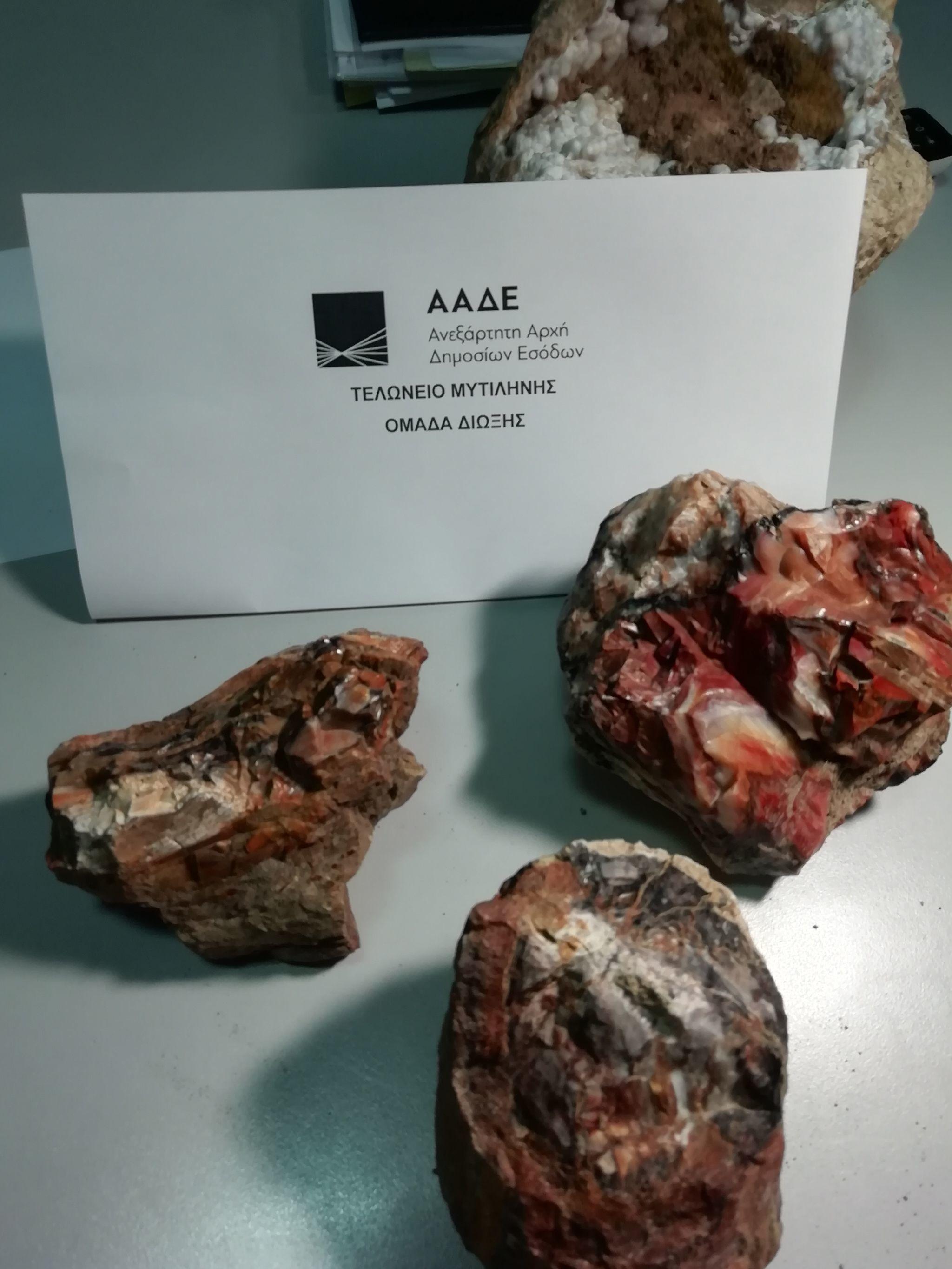 Čeští turisté se pokusili odvézt tři polena ze Zkamenělého lesa na Lesbu