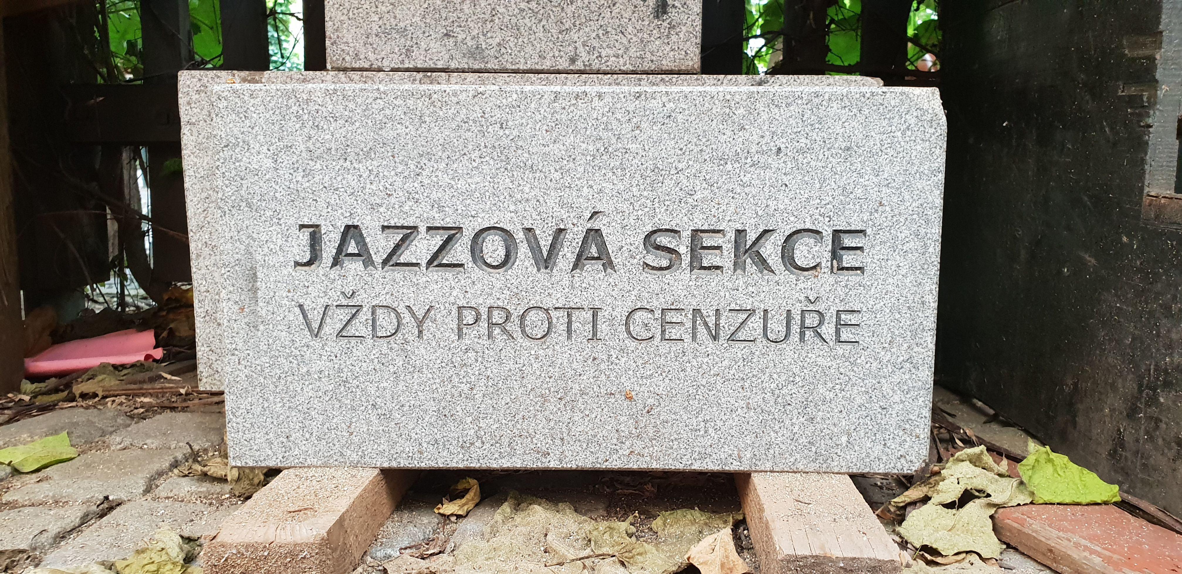 V Jazzové sekci najdeme recesi - náhrobní kámen bojovníků proti cenzuře, která nakonec vždy všechno převálcuje (podobně jako boty proti lásce, které vše krásné pošlapou...).