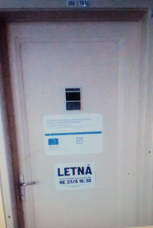 Karel Srp vyfotil dveře (č. 161) na Ministerstvu zdravotnictví. Na dveřích je výzva k demonstraci na Letné.