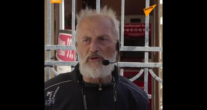 Učitel bezdomovec provádí prohlídky po Petrohradu. Jak se dostal na ulici?