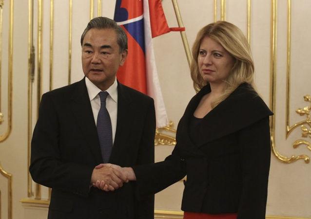 Čínský ministr zahraničí  Wang I a prezidentka Slovenska Zuzana Čaputová