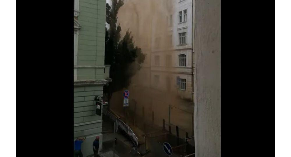 Island v Praze: Na Žižkově prasklo potrubí. Gejzír vody dosahoval až několika desítek metrů