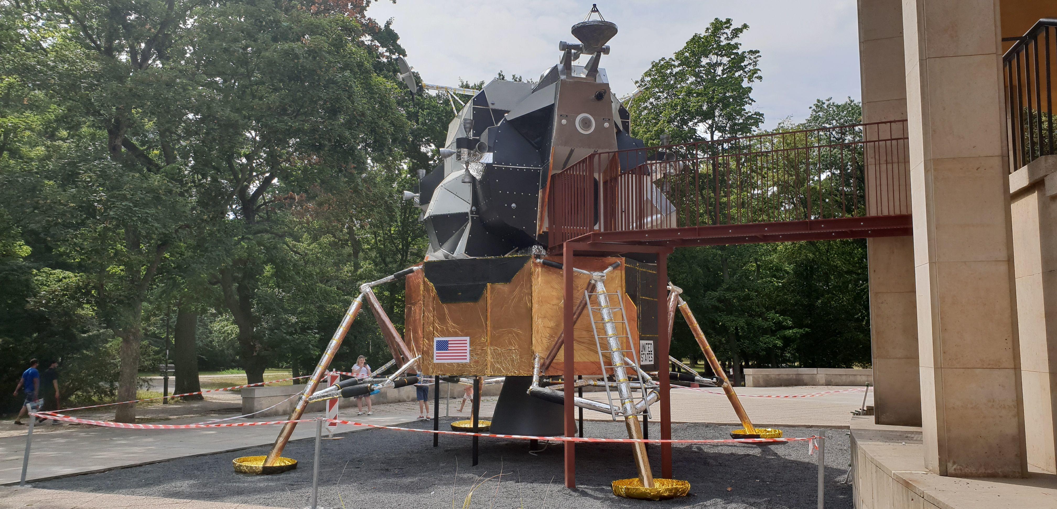 Maketa a model přistávacího modulu Eagle (Orel)