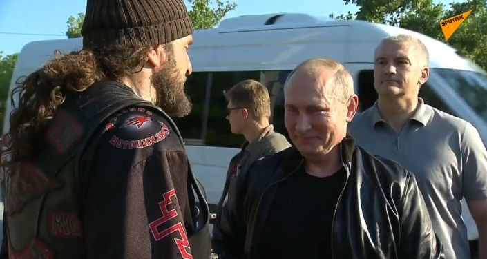 Putin navštívil show Nočních vlků na Krymu na motocyklu