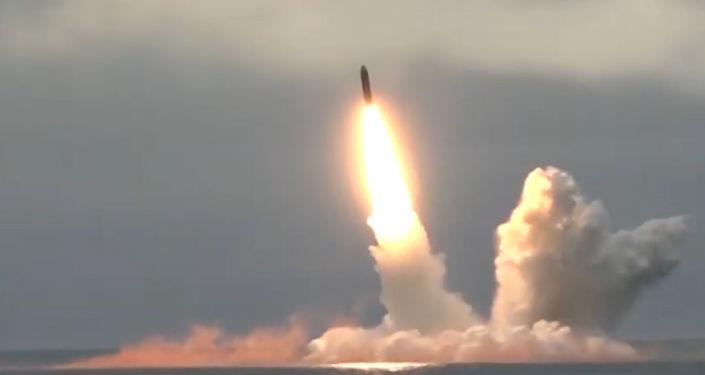 Ruské ministerstvo obrany zveřejnilo video vypálení rakety Bulava z ponorky Jurij Dolgorukij