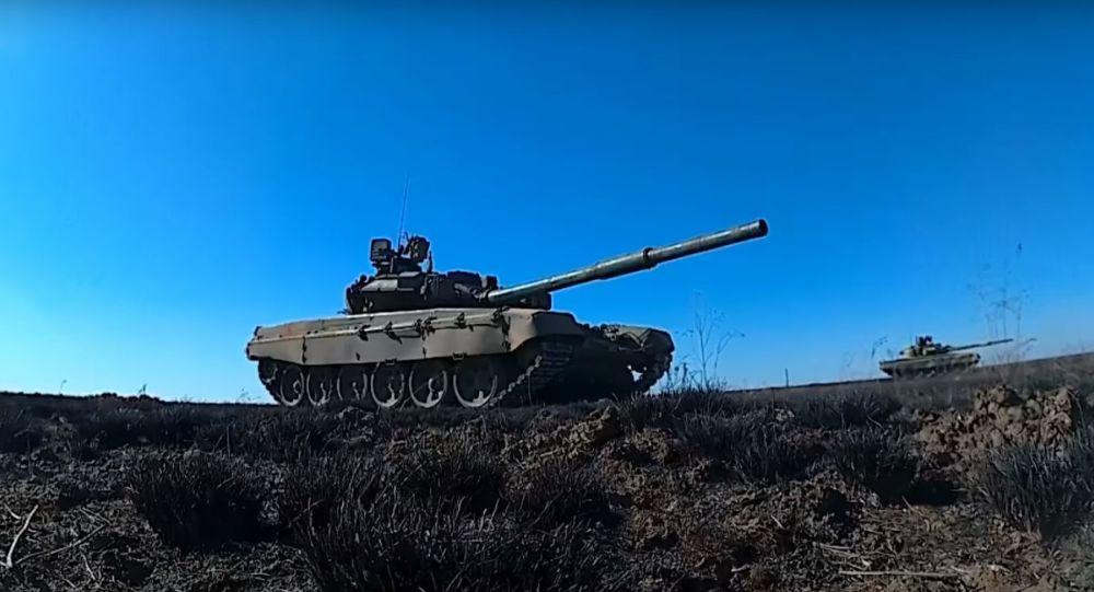 Podívejte se na střelbu tankistů na dlouhou vzdálenost v rámci cvičení poblíž ruského Volgogradu