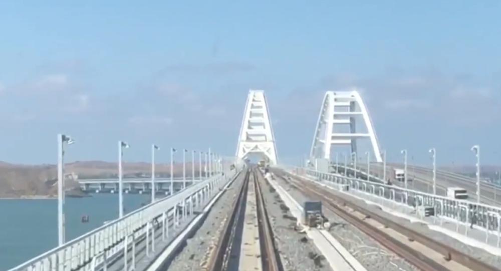 První vlak projel po nové železnici Krymského mostu