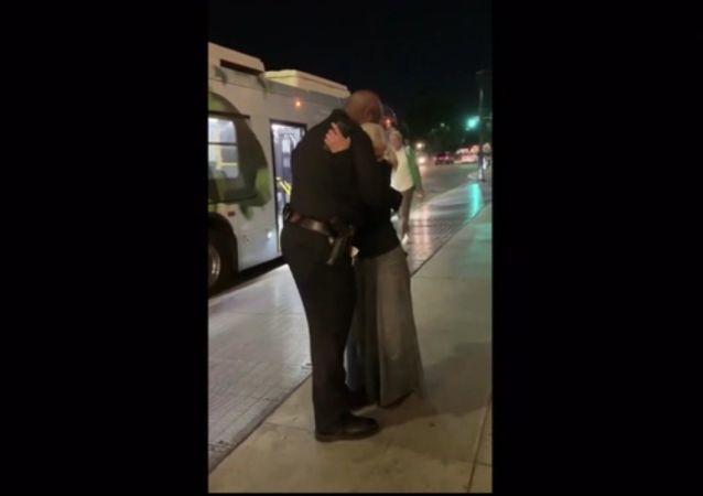 Ruská bezdomovkyně, která zpívala v metru LA, se setkala s policistou, jež jí pomohl k popularitě