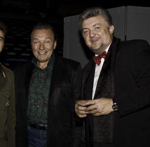 Jiří Klapka, Karel Gott a ředitel a vedoucí pěveckého souboru Alexandrovci Gennadij Sačenjuk.