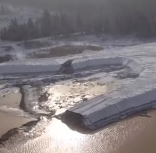 Objevilo se video z místa zničení hráze v Krasnojarském kraji