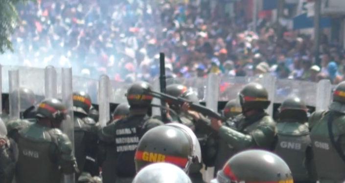 Situace ve Venezuele: Čtyři mrtví, hořící kamiony a přerušení diplomatických styků