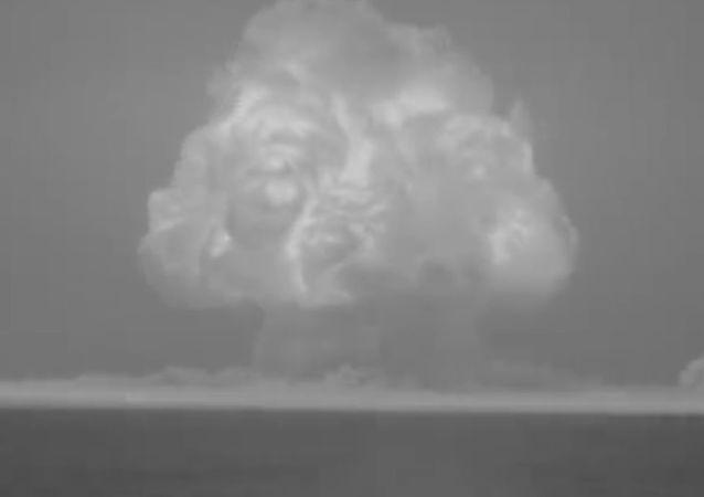 Neuvěřitelné záběry: První výbuch atomové bomby ukázali na obnovených záběrech (VIDEO)