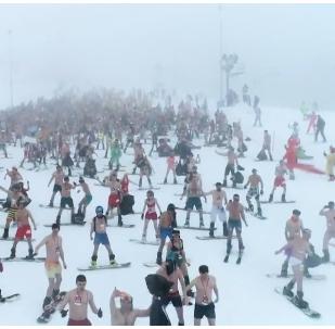 Na lyžích a v plavkách: Žhavý sjezdový festival v Soči (VIDEO)