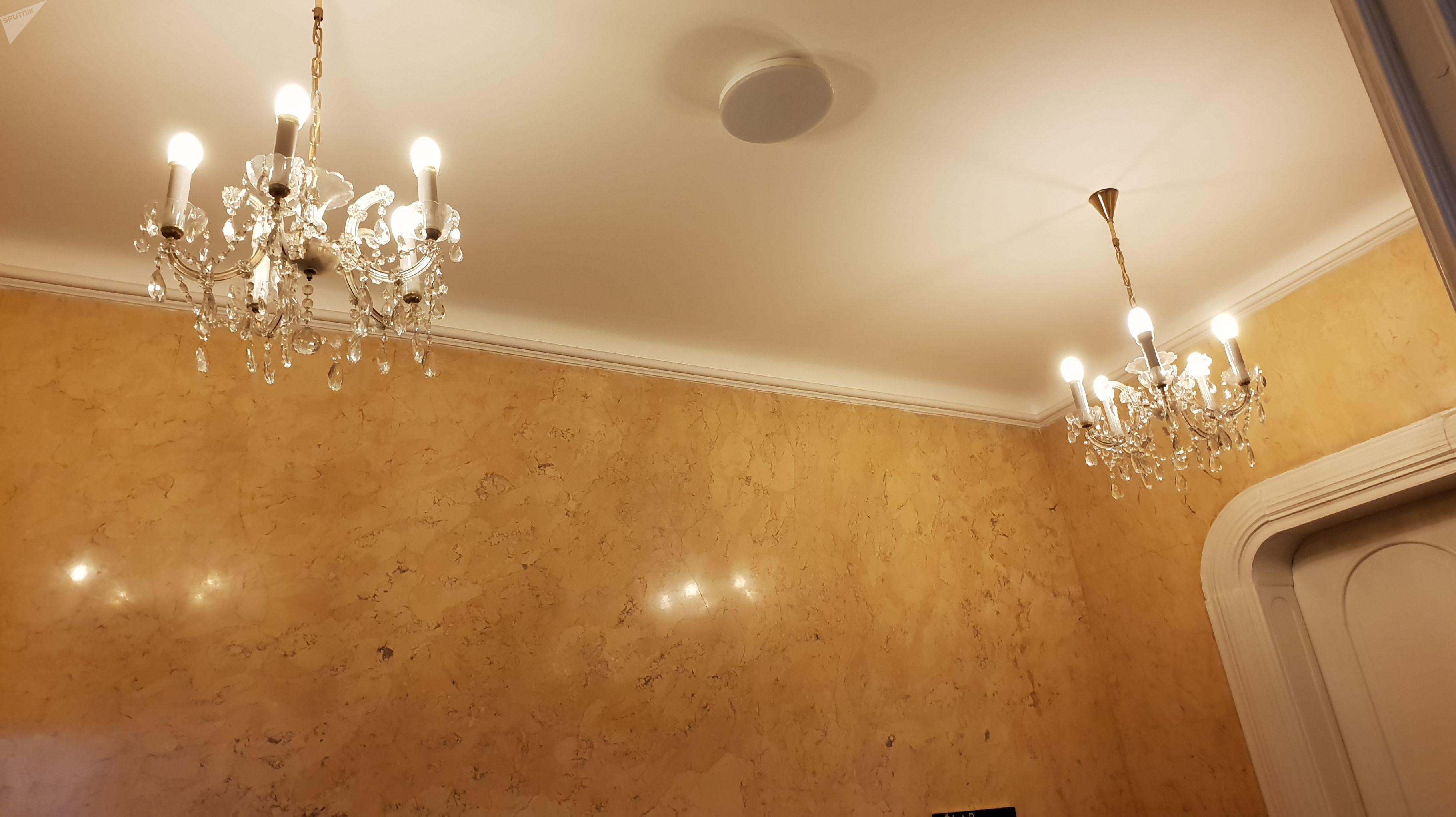 Malé ověskové lustry v chodbě Auersperského paláce Poslanecké sněmovny