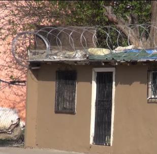 Ostnatý drát z hranic USA nyní chrání mexické domy aneb jak okrádají Američany (VIDEO)