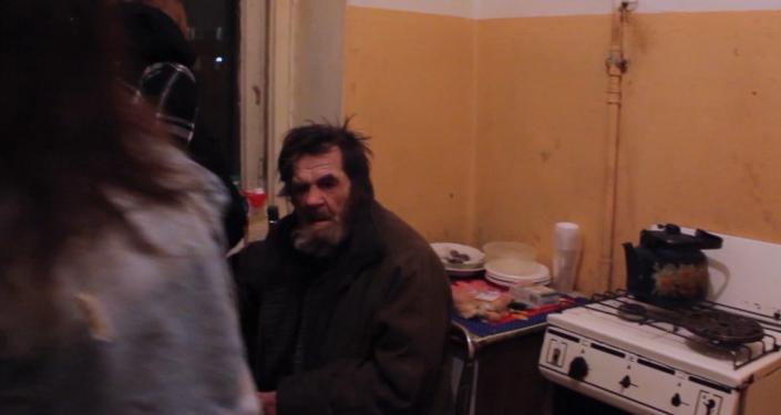 Dojemný čin. Dobrovolníci přišli na pomoc zbitému starému důchodci (VIDEO)
