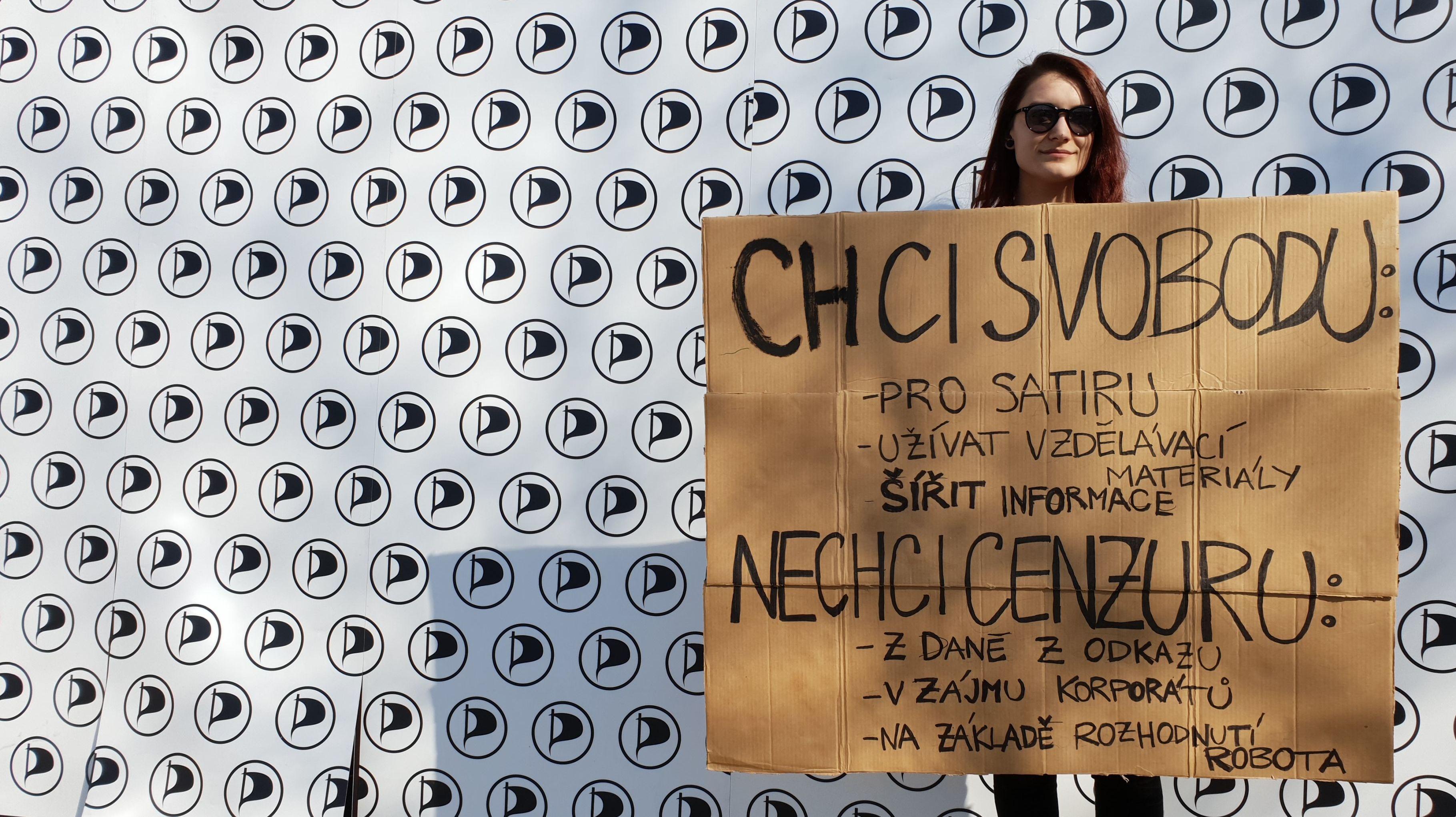 "Aktivistka s transparentem ""Chci svobodu – nechci cenzuru!"""