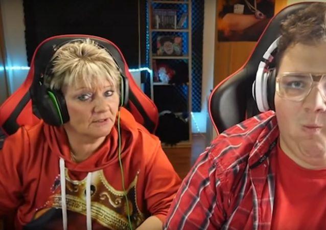 """Video způsobuje smíšené pocity: Známý blogger a jeho """"máma-zabiják"""" vás překvapí"""