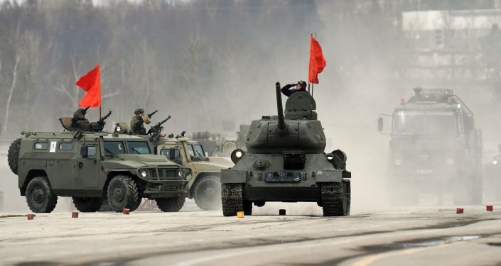Tank T-34-85 a obrněná vozidla Tygr mechanizované kolony moskevské posádky během cvičení na vojenskou přehlídku na Rudém náměstí 9. května 2017