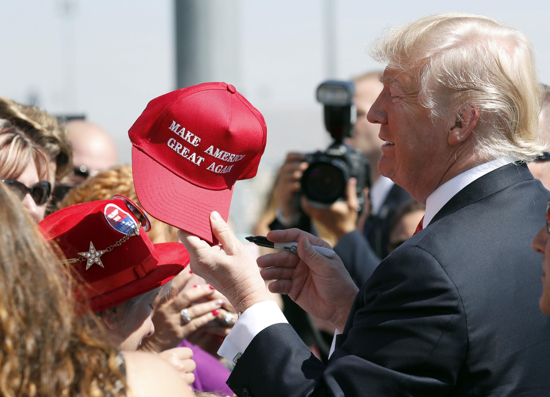 Červená kšiltovka s předvolebním heslem Donalda Trumpa Make America Great Again.