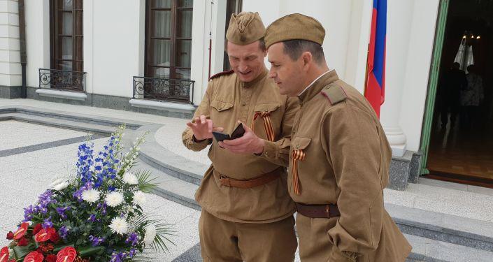 Na recepci na ruském velvyslanectví u příležitosti Dne vítězství 9. 5. 2019. Bylo vidět nejen VIP osobnosti, ale i statisty v dobových uniformách, jakož i autentickou historickou techniku.