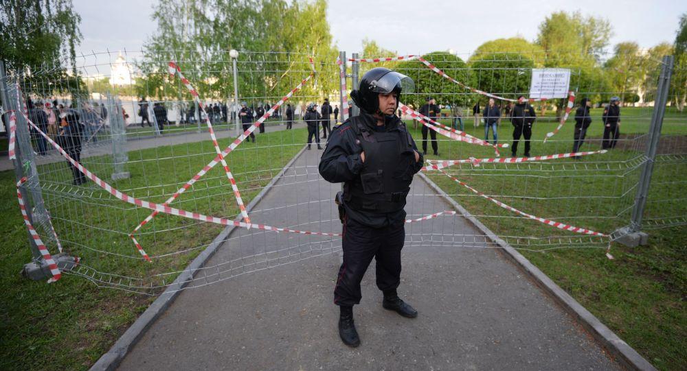 Policejní důstojník během protestní akce v Jekatěrinburgu