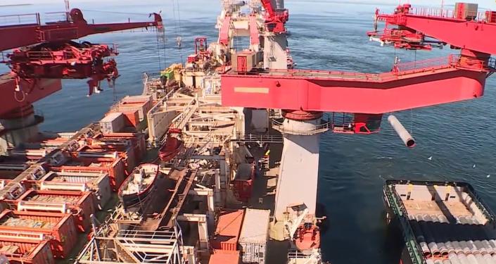 Záběry z paluby lodě Solitaire , která buduje plynovod Nord Stream 2. Už je položeno přes tisíc kilometrů potrubí (VIDEO)