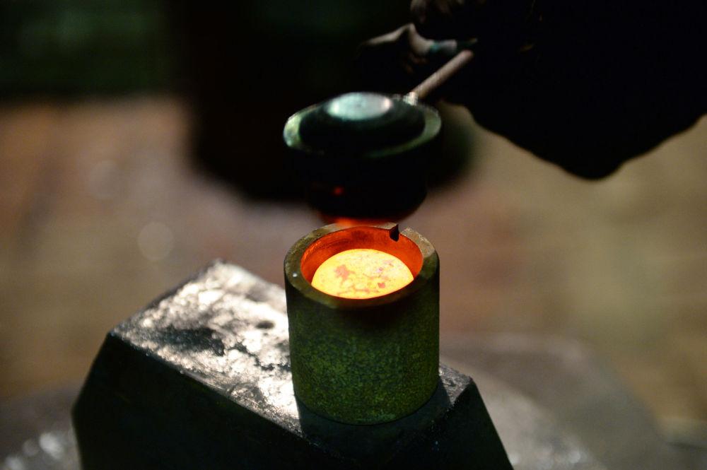 """Novou """"měnu"""" Alexandr Lysakov odlévá z oceli."""