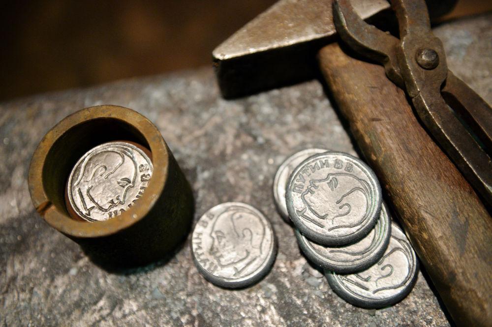 Na aversu mince je Putinův portrét.