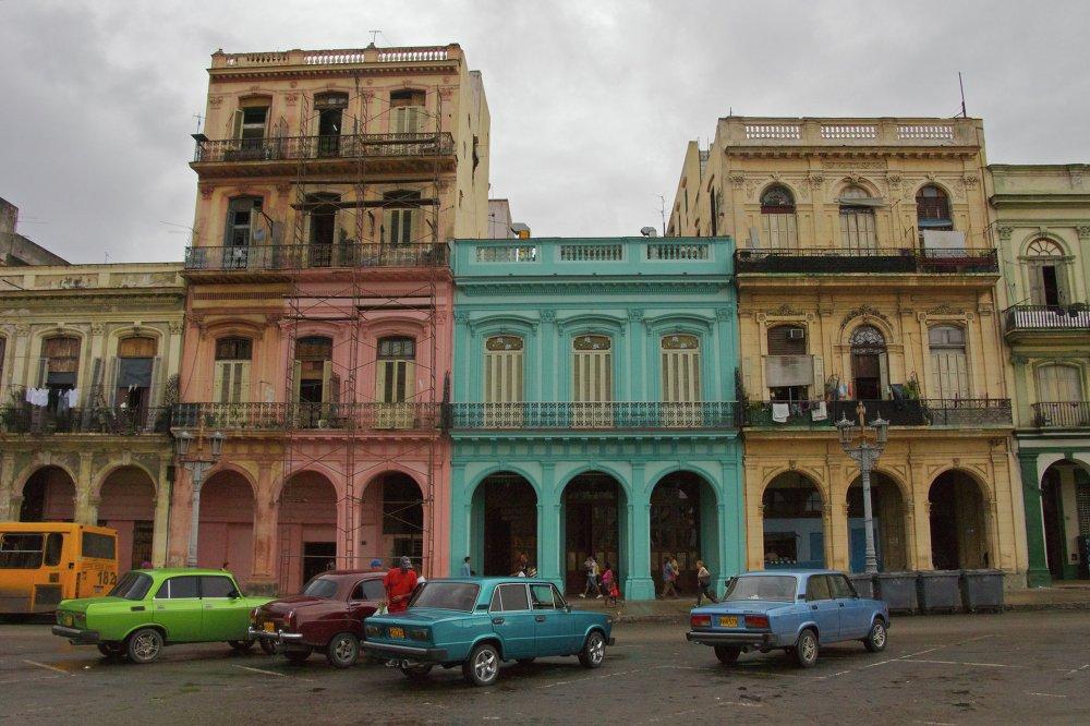 Ruská auta v Havaně, Kuba. Prosinec 2011.