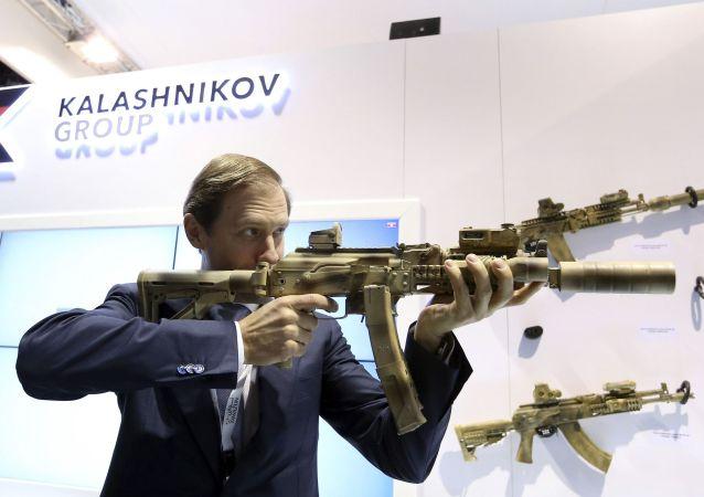 Ministr průmyslu a obchodu Ruské federace Denis Manturov s kalašnikovem. Ilustrační foto