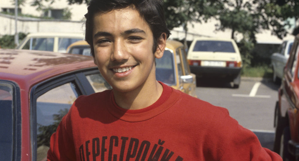 Chlapec v tričku s nápisem Perestrojka SSSR. Ilustrační foto