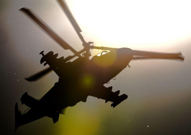 Вертолет Ка-52 Аллигатор во время показательных выступлений на Международном авиационно-космическом салоне МАКС 2015 в подмосковном Жуковском