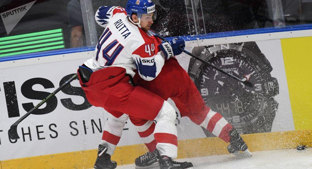 Český obránce Jan Rutta narazil do ruského útočníka Ovečkina v zápase o třetí místo na Mistrovství světa v hokeji 2019