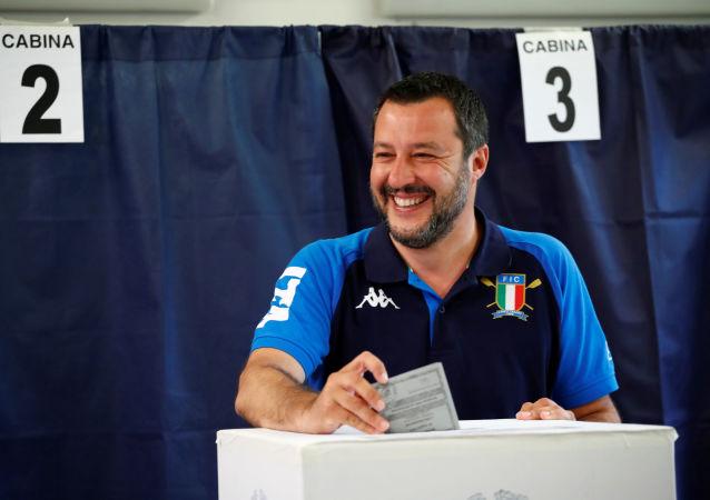 Italský vicepremiér a předseda Ligy Matteo Salvini hlasuje během voleb do Evropského parlamentu