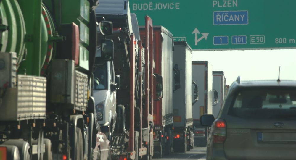 Kolona vozidel na dálnici D1 před sjezdem na Městský okruh, Praha