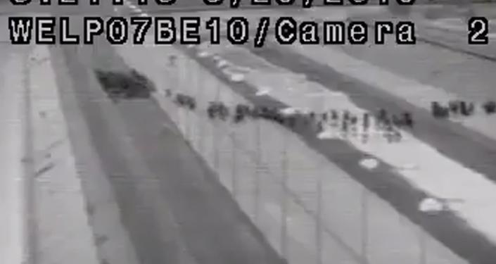 Američtí pohraničníci na hranici Mexika a USA zachytili největší skupinu migrantů v historii (VIDEO)