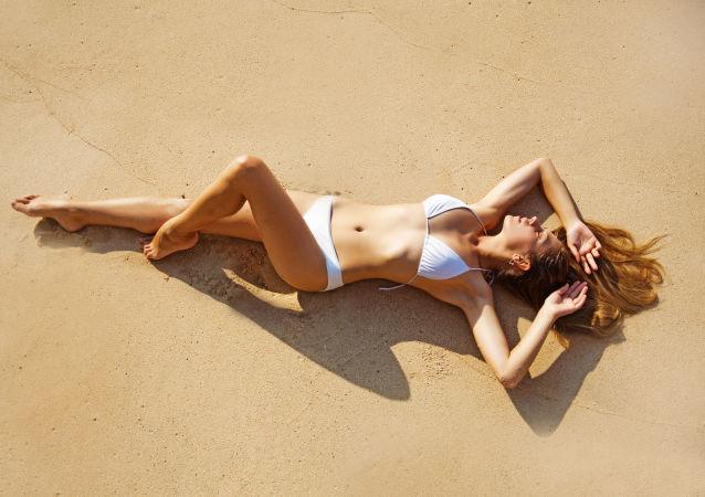 Dívky se opuluje na plaži
