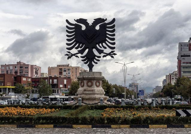 Erb Albánie na jednom z náměstí v hlavním městě Tiraně. Ilustrační foto
