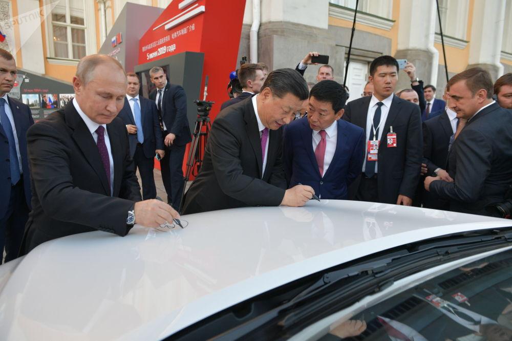 Vladimir Putin a Si Ťin-pching během prohlídky terénních automobilů čínské značky Haval montovaných v Rusku