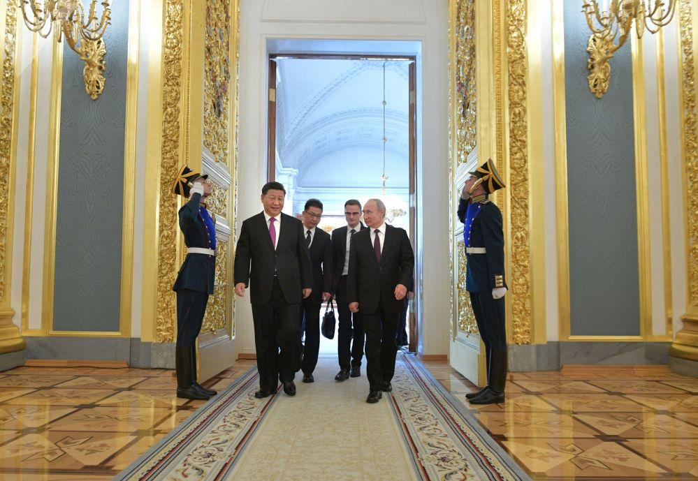 Vladimir Putin a Si-Ťin-pching před tiskovou konferencí po rusko-čínských jednáních v Kremlu