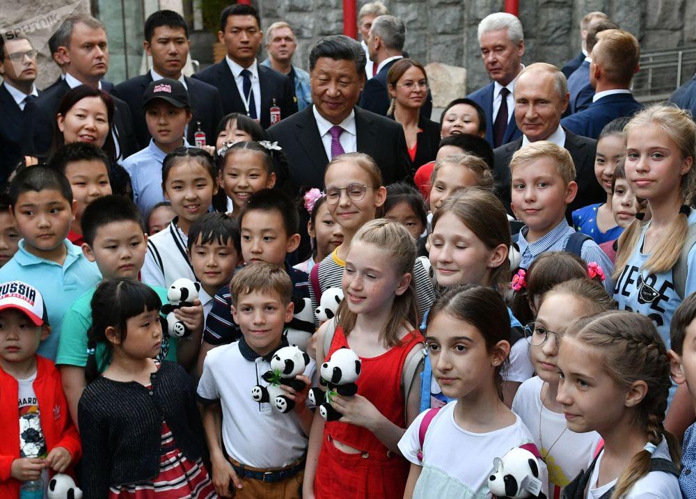 Prezident Vladimir Putin a předseda Čínské lidové republiky Si Ťin-pching se účastní oficiálního ceremoniálu předání dvou velkých pand Moskevské zoo čínskou vládou, kde pro ně byl vybudován speciální pavilon. Velké pandy Dindin a Jui předala Čína do Ruska na společný výzkum na 15 let