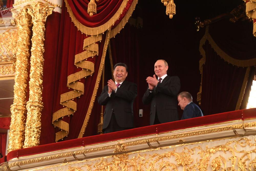 Vladimir Putin a Si Ťin-pching na slavnostním večeru při příležitosti 70. výročí navázání diplomatických vztahů mezi Ruskem a Čínskou lidovou republikou v lóži ve Státním akademickém Velkém divadle