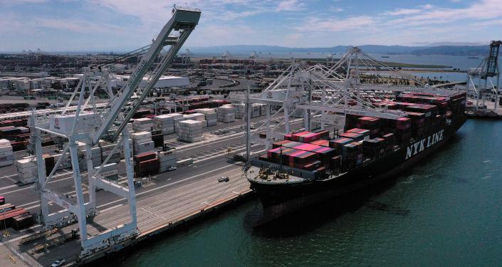 Čínská loď v americkém přístavu Oakland