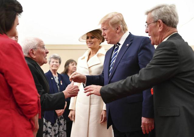 Americký prezident Donald Trump a první dáma Melania Trumpová během setkání s veterány na 75. výročí přistání spojenců v Normandii